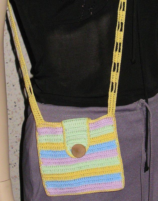 сумка маленькая с длинным ремешком.